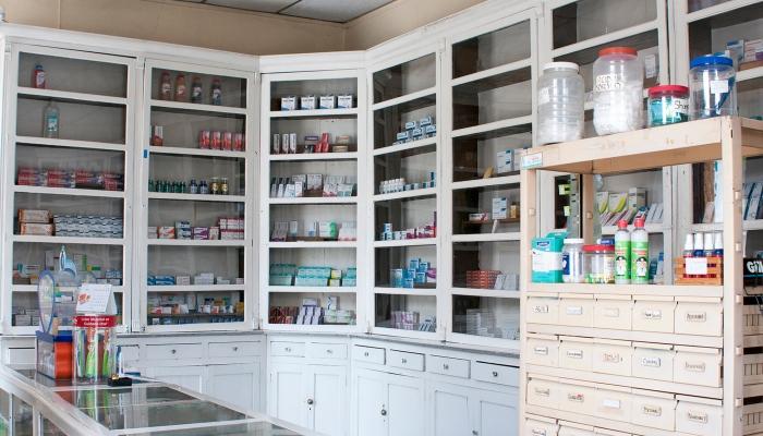 Esta antigua farmacia conserva sus muebles originales del año 1910.